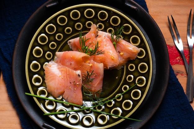 Concept alimentaire truite ou saumon fumé biologique sur planche de bois avec espace de copie