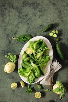 Concept alimentaire végétalien santé légumes, noix, graines et céréales vue de dessus
