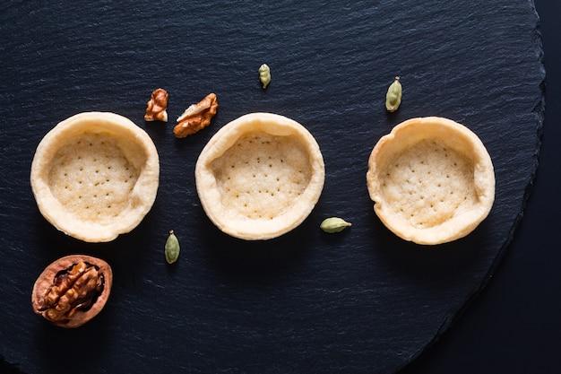 Concept alimentaire vide, tartes biologiques maison vierges, tarte sur plaque en pierre ardoise noire