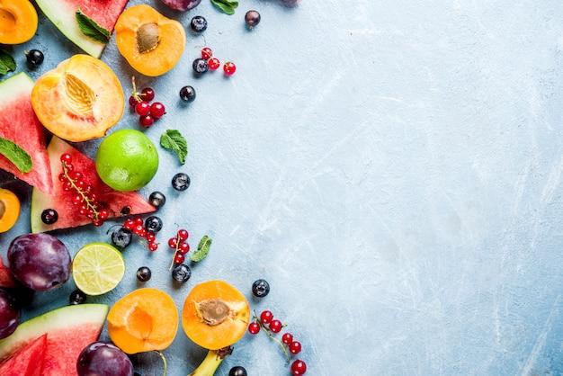 Concept alimentaire vitaminique, divers fruits et baies pastèque pêche menthe prune abricots myrtille groseille