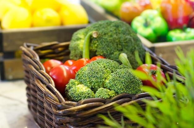Concept d'alimentation et de mode de vie sain. nourriture végétarienne verte. légumes mûrs dans un panier. brocoli, tomates sur le marché.