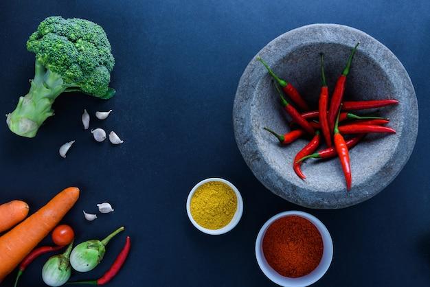 Concept d'alimentation saine de légumes biologiques frais et fond de bureau en bois.