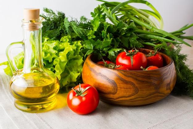 Concept d'alimentation saine avec des légumes d'été et de l'huile d'olive