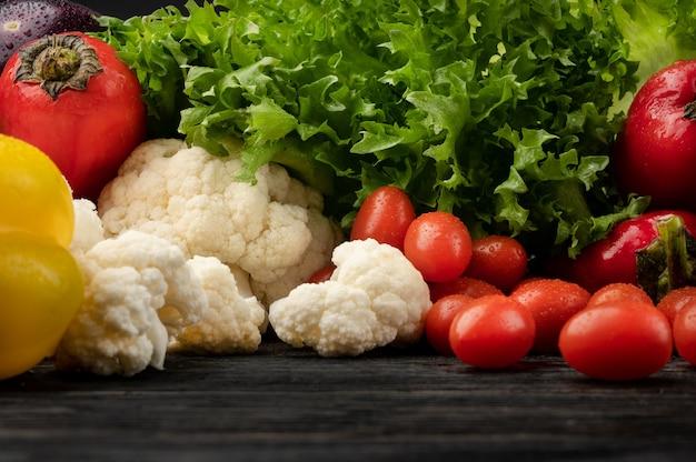 Concept d'alimentation saine avec des légumes sur un fond en bois foncé avec vue de dessus et espace de copie