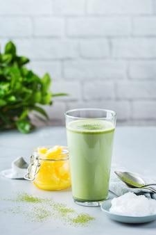 Concept d'alimentation saine et propre, céto, régime cétogène, table du petit-déjeuner le matin. thé matcha latte à l'épreuve des balles avec huile de noix de coco biologique, beurre de ghee. ambiance café cosy