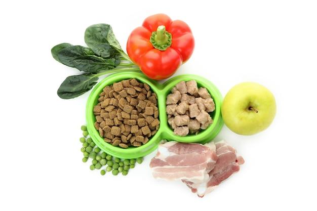 Concept d'aliments biologiques pour animaux isolés sur blanc
