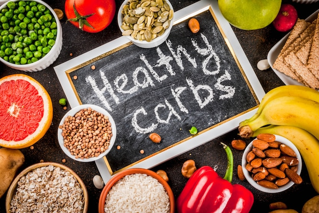 Concept d'aliments diététiques, produits de glucides sains - fruits, légumes, céréales, noix, haricots