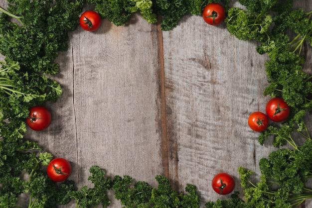 Concept d'aliments diététiques et végétaux. assiette avec motifs marbrés. divers légumes, épices