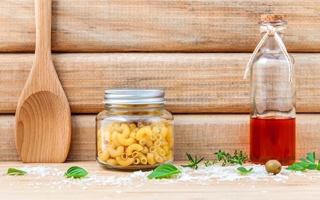 Concept d'aliments italiens et la conception de menus configurés sur fond blanc plat.