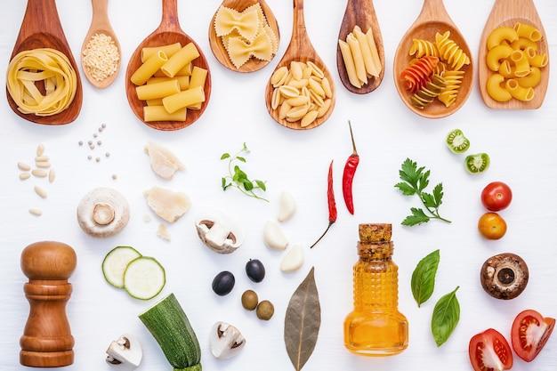 Concept d'aliments italiens et conception de menus. pâtes avec des ingrédients sur fond blanc.