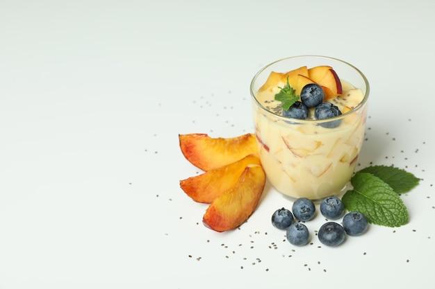 Concept d'aliments sains avec du yaourt à la pêche sur fond blanc