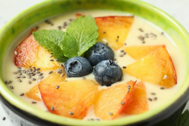 Concept d'aliments sains avec du yaourt à la pêche, gros plan