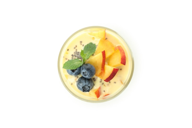 Concept d'aliments sains avec du yaourt à la pêche isolé sur fond blanc