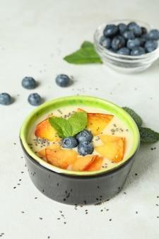 Concept d'aliments sains avec du yaourt à la pêche sur une table texturée blanche