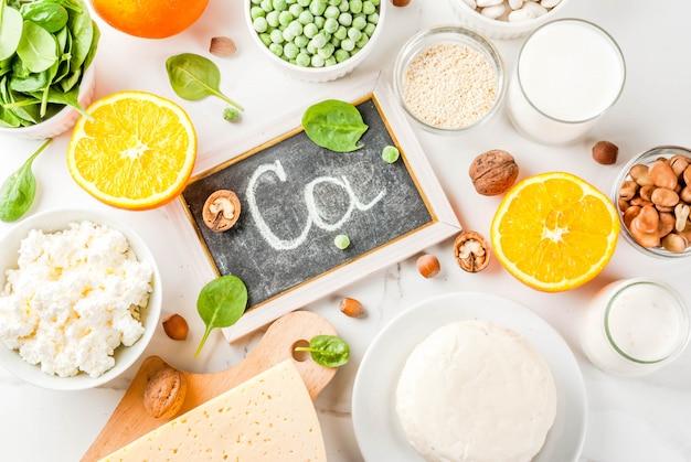 Concept d'aliments sains. ensemble d'aliments riches en calcium - produits laitiers et végétaliens ca fond de marbre blanc