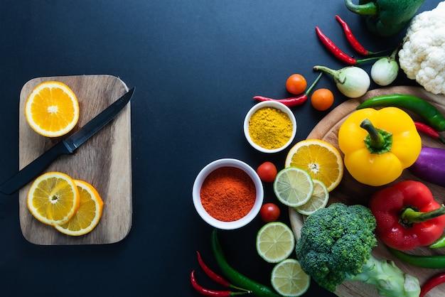 Concept d'aliments sains de légumes biologiques frais et fond de bureau en bois.