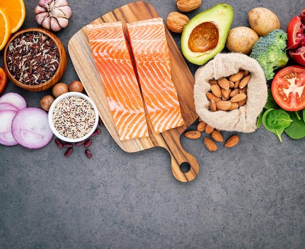 Le concept d'aliments sains mis en place sur l'espace de copie de fond béton foncé.