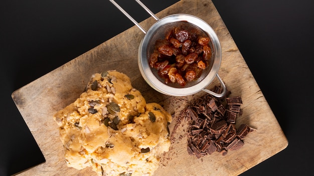 Concept d'aliments sains pâte crue faite maison de trail mix bio céréales entières biscuits d'énergie sur une planche en bois avec espace de copie
