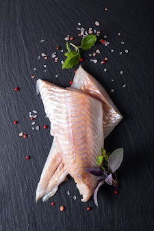 Concept d'aliments sains vue de dessus filets crus alaska pollock