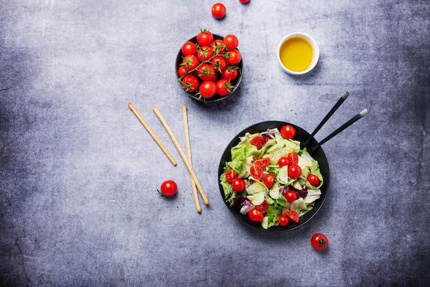 Concept d'aliments végétaliens sains. salade de concombre, tomate, salade verte et chicorée