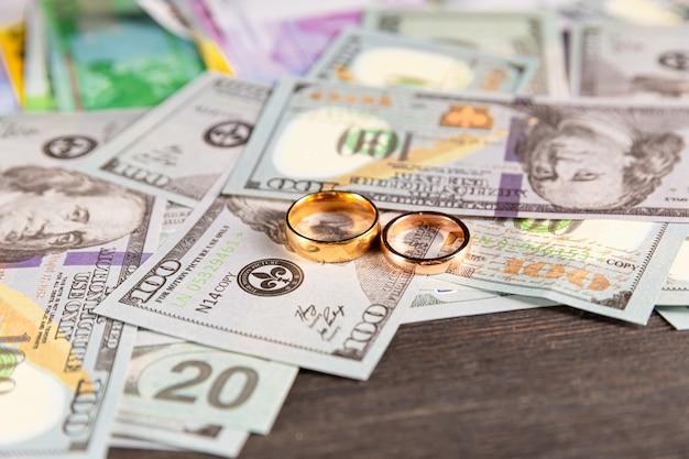 Concept alimoney. protection des enfants et divorce. anneaux sur la table.