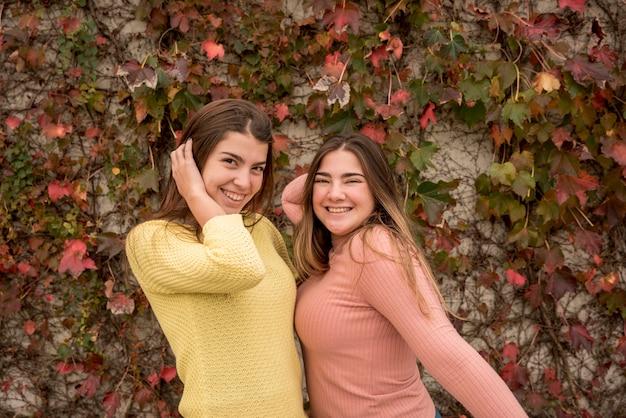 Concept d'amitié avec deux filles dans le parc