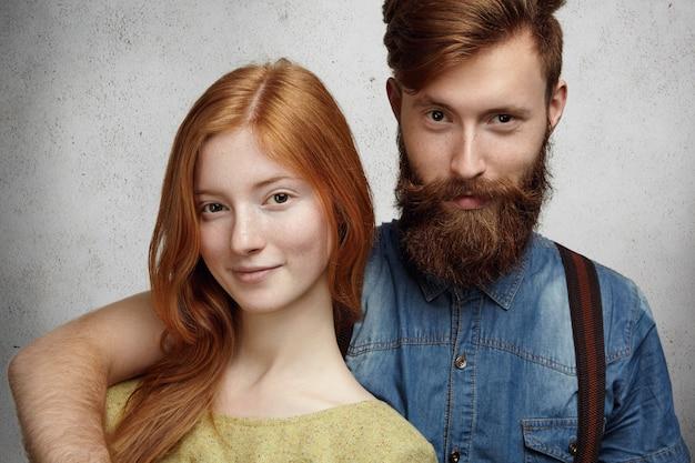 Concept d'amour et d'amitié. jeune couple caucasien beau et heureux étreindre tout en ayant du bon temps ensemble à l'intérieur.