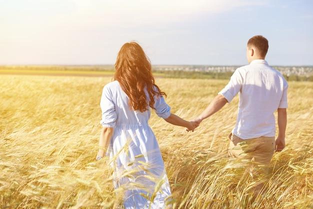 Le concept d'amour, de bonnes relations, de compréhension et d'harmonie. beau jeune couple marche