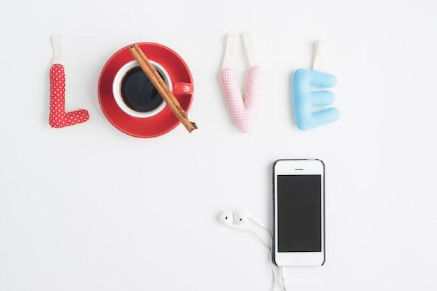 Concept d'amour avec café et smartphone