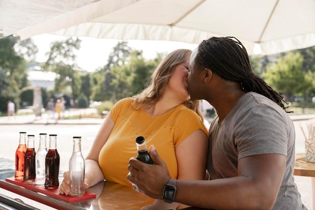Concept d'amour avec un couple heureux qui passe du temps ensemble