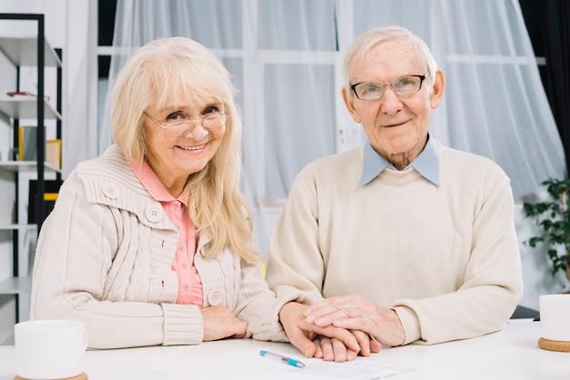 Concept d'amour avec couple de personnes âgées
