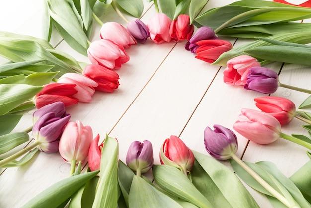 Concept d'amour. forme de coeur faite de fleurs de tulipes printanières, copiez l'espace à l'intérieur.