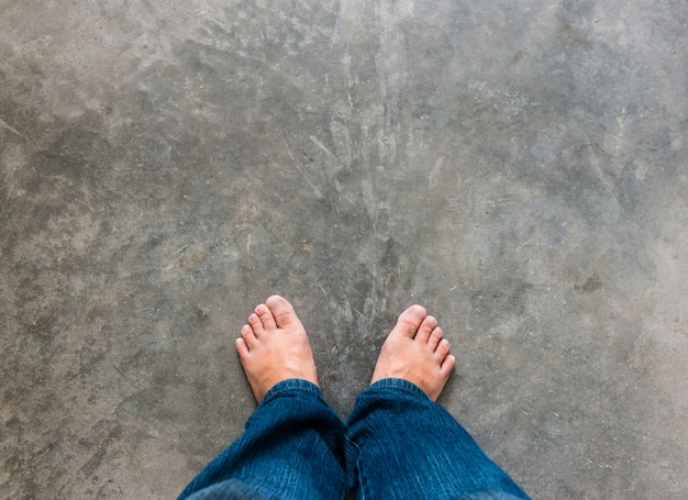 Concept d'amour avec pieds nus