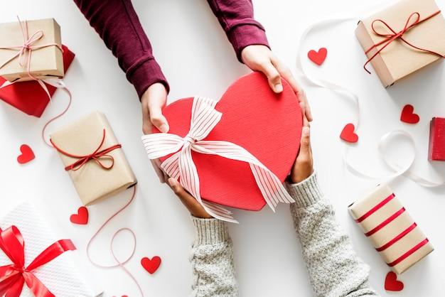 Concept d'amour et de romance offrant un cadeau