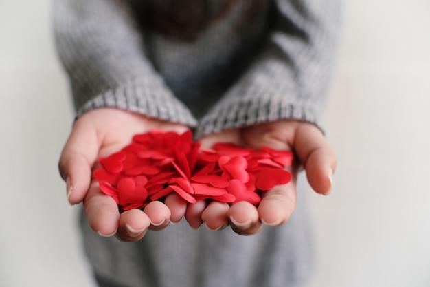 Concept d'amour saint-valentin. red hart dans la main avec l'espace de copie.