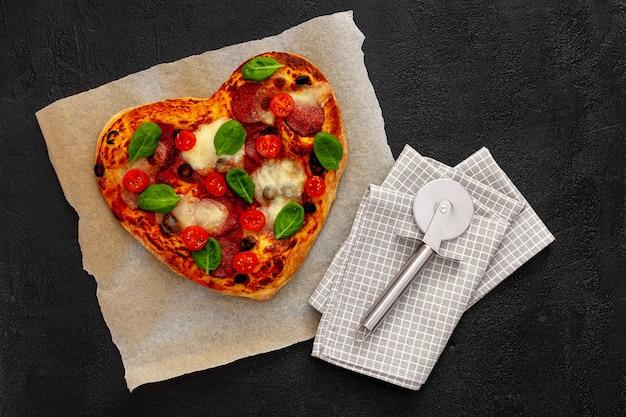 Concept d'amour savoureux de pizza en forme de coeur conception de la saint-valentin
