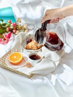 Le concept de l'amour sur table avec petit déjeuner