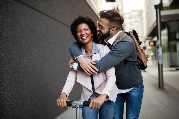 Concept d'amusement de vélo de ville de transport écologique amis de gens heureux