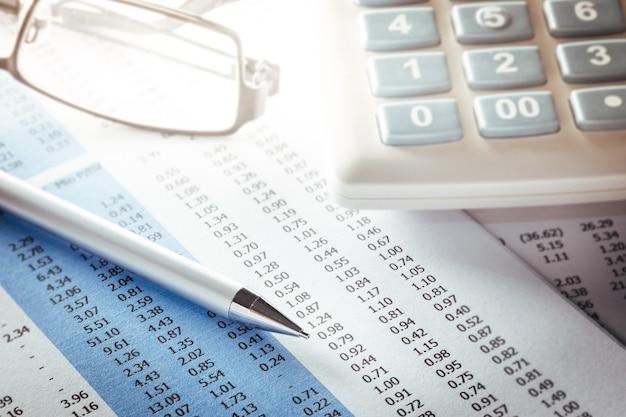 Concept d'analyse commerciale avec des informations financières sur le bureau