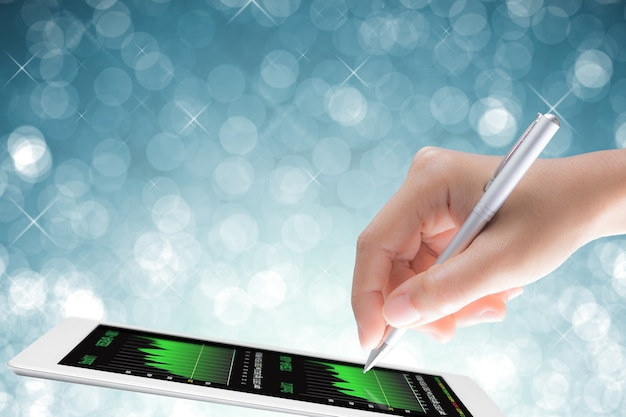 Concept d'analyse d'entreprise avec la main tenant un stylo avec une tablette numérique