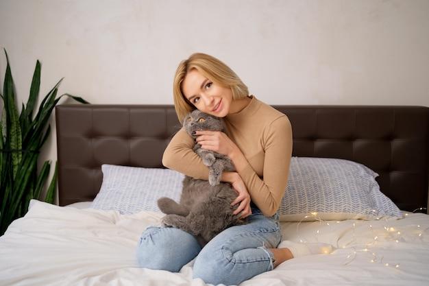 Concept d'animaux de compagnie, matin, confort, repos et personnes