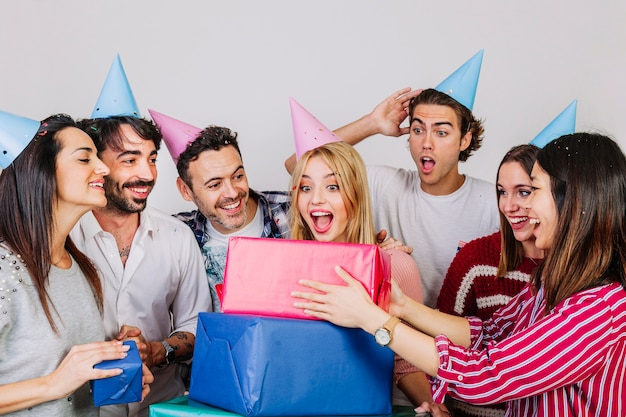 Concept d'anniversaire avec des amis joyeux et des cadeaux