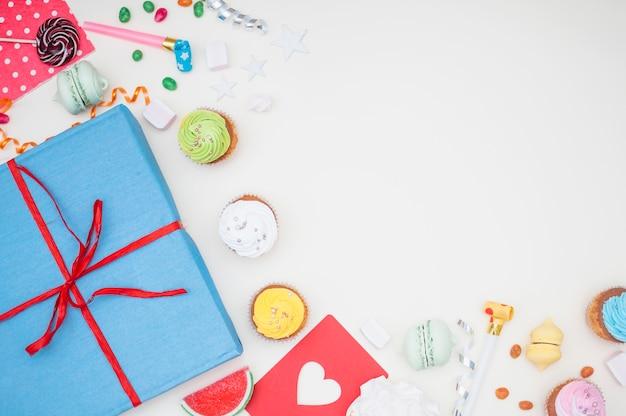 Concept d'anniversaire charmant avec des éléments de fête colorés