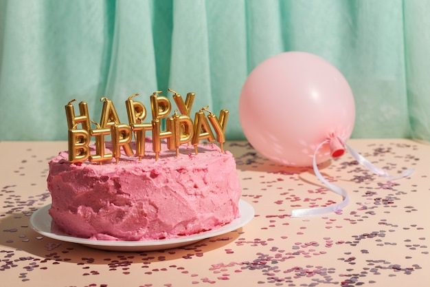 Concept d'anniversaire avec gâteau et ballon