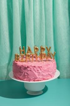 Concept d'anniversaire avec gâteau et bougies