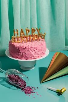 Concept d'anniversaire avec gâteau et chapeau