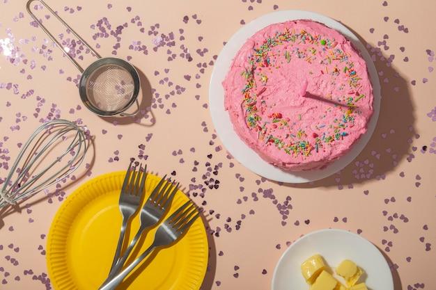 Concept d'anniversaire avec mise à plat de gâteau