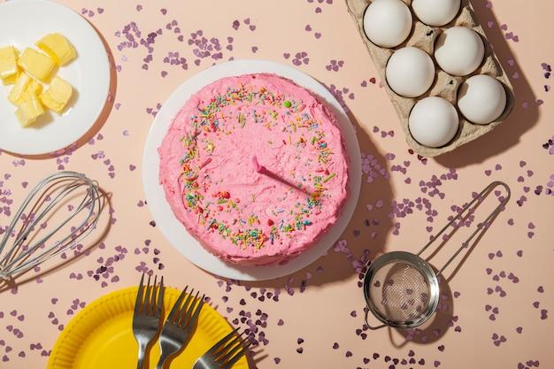 Concept d'anniversaire avec vue ci-dessus gâteau