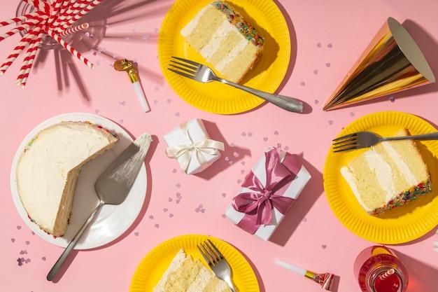Concept d'anniversaire avec vue de dessus de délicieux gâteau