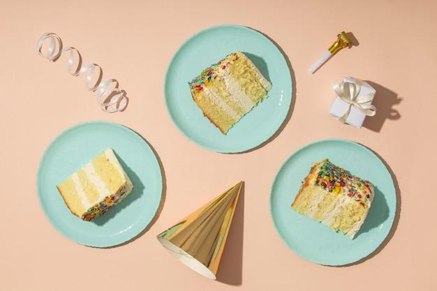 Concept d'anniversaire avec vue de dessus de gâteaux